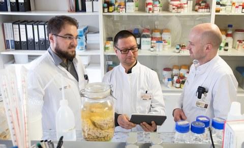 Marcel Naumann, Dr. Arun Pal und Prof. Dr. Dr. Andreas Hermann diskutieren die Ergebnisse ihrer Studie.