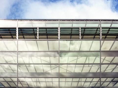Glasfront des Biologiegebäudes