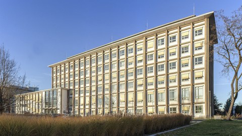 The photo shows an aerial view of the Andreas Schubert Building at TU Dresden