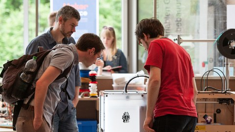 Students in the Makerspace of the SLUB