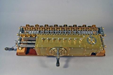 Originalgetreuer Nachbau der Leibniz-Staffelwalzenmaschine