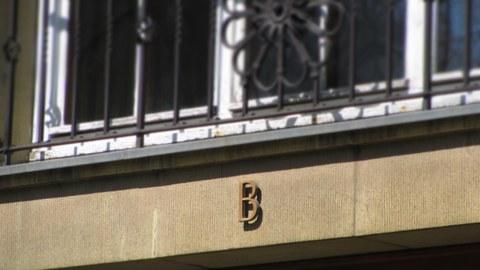 Ein Foto vom oberen Abschnitt des Eingangs zum B-Flügel versehen mit dem Buchstaben B