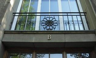 Ein Foto vom Detail am Eingang des B-Flügels in den Willers-Bau