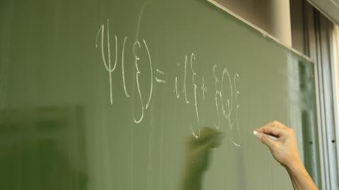 Ein Foto von einer mathematischen Formel auf der Kreidetafel