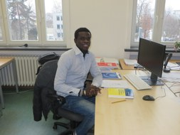 Moussa Ndour am Arbeitsplatz