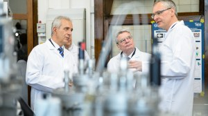 Bundespräsident Joachim Gauck und der sächs. Ministerpräsident Stanislaw Tillich besuchen 2013 den Zukunftspreisträger Prof. Karl Leo