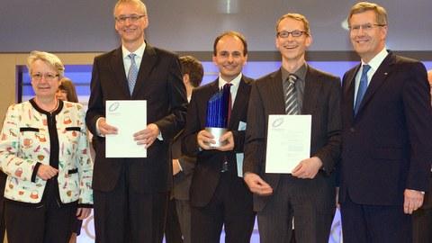 Bild von der Verleihung des Zukunftspreises 2011, v.l.n.r.: Annette Schavan (Bundesbildungsministerin), Prof. Karl Leo (Preisträger), Dr. Martin Pfeiffer (Preisträger), Dr. Jan Blochwitz-Nimoth (Preisträger), Christian Wulff  (Bundespräsident)