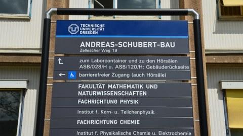 Infotafel vor dem Andreas-Schubert-Bau
