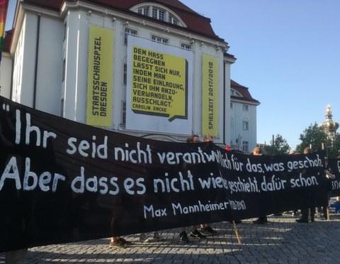 Banner vor dem Schauspielhaus Dresden