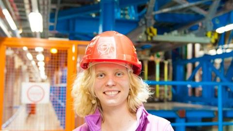 Ulrike Schnoor vor dem ATLAS-Detektor