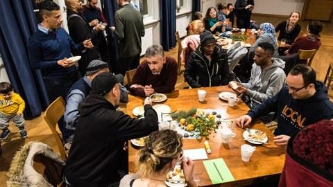Michael Kobel mit Geflüchteten beim Adventsfest 2019 von Willkommen in Löbtau