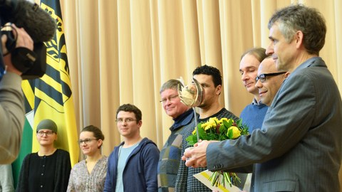 """Mitglieder der AG """"Ausbildung und Arbeit"""" mit der Preisskulptur des Dresdner Integrationspreis"""
