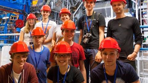 Jugendliche besichtigen den ATLAS-Detektor  am CERN
