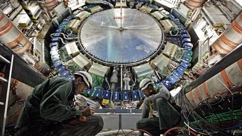 ATLAS Detektor mit 2 Ingenieuren