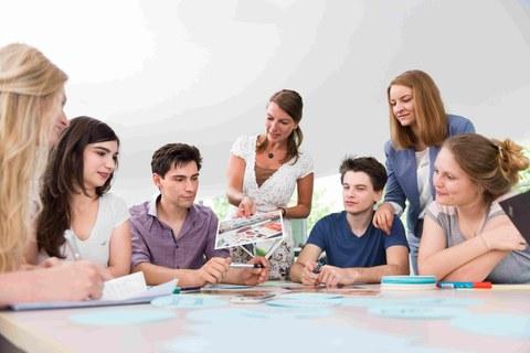 Studierende bei der Studienberatung