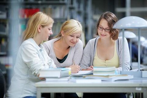 studentinnen am lernen