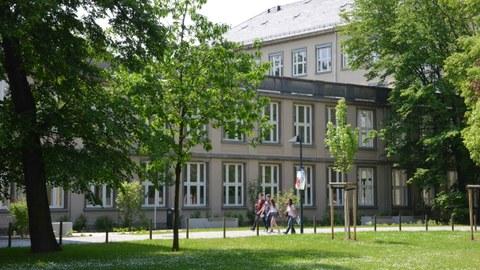 Studierende gehen am Physik-Gebäude entlang