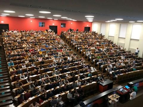 Schülerinnen und Schüler im Hörsaal