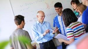 Dozent mit Studierenden