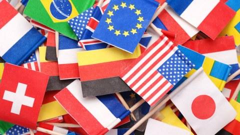 Darstellung von Fähnchen verschiedener Länder als Symbolbild für Offenheit und Internationalität
