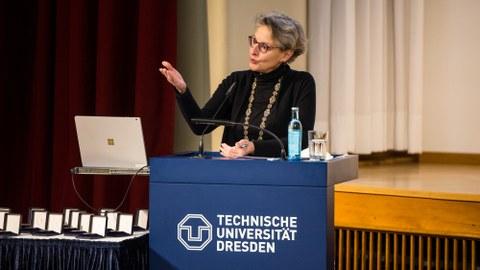 Frau Prof. Staudinger hält eine Rede beim Festakt zur Auszeichnung mit der Lohrmann-Medaille