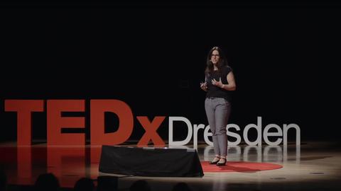 Dr. Denise Dörfel auf der Bühne von TEDx Dresden