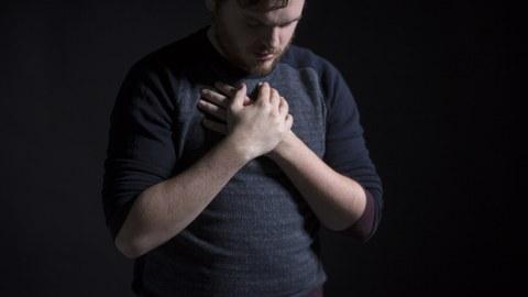 Mann mit Händen vor Brus