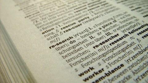 """Englisch-Deutsch Wörterbuch, Ausschnitt mit dem Wort """"research"""" ist zu sehen"""