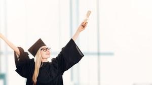 Fraz mit Graduiertenhut und Papierrolle wirft Arme nach oben