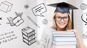Frau, die einen Graduiertenhut trägt und vor einem Bücherstapel sitzt, im Hintergrund sind Formeln und Zeichnungen zu sehen