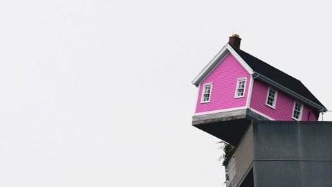 Abbildung von Holzhaus auf Hochhaus