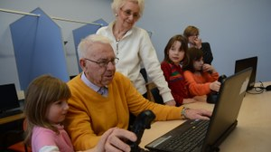 Older subject perform a computer task