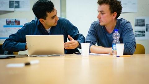 Studierende diskutieren über die wissenschaftliche Arbeit