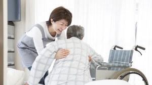 Frau hebt älteren mann