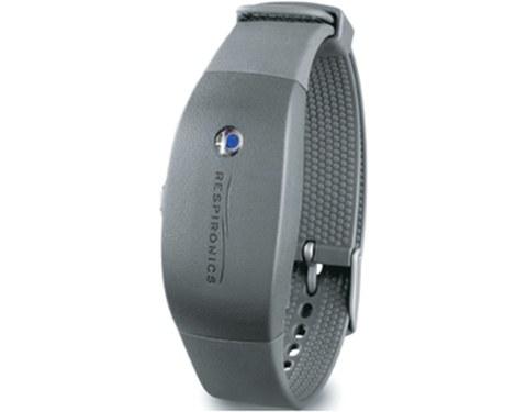 Mit einem Armband am Handgelenk wird die Bewegungsaktivität beim Schlaf gemessen.