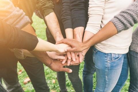 Handshake von Menschen mit verschiedenen Hautfarben