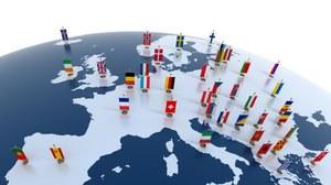 Die Darstellung zeigt den europäischen Kontinent auf einer runden Weltkugel. Auf den einzelnen Ländern stehen kleine Aufsteller mit den Nationalflaggen.