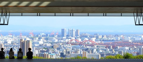 Four students looking at the skyline from Kobe University