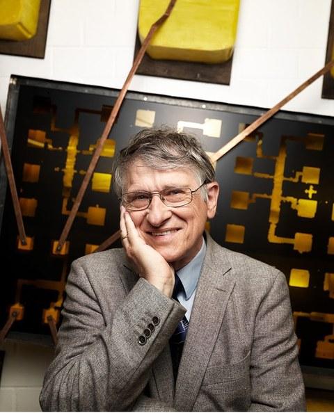 Nobelpreisträger Klaus von Klitzing vor einem Kunstwerk zum Quantum-Hall-Effekt