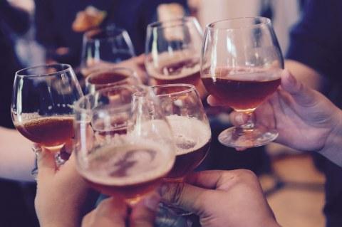 Anstoßen mit Weinbrand-Gläsern