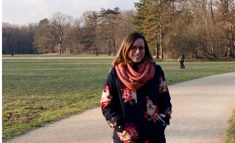 Sandra Heckel in einem Park