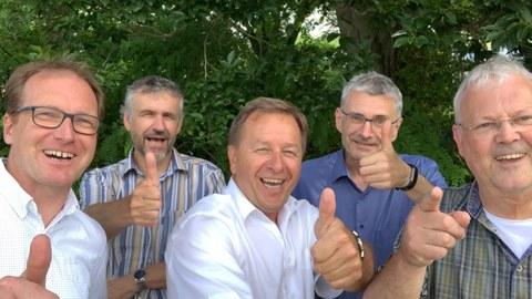 von links zu sehen: Dekane Axel Voigt, Michael Kobel, Bereichssprecher Clemens Kirschbaum, Dekane Thomas Henle und Christoph Neinhuis. Alle zeigen Daumen hoch.