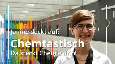 Junge Frau mit kurzen Haar und weißem Laborkittel steht vor buntem Hintergrund.