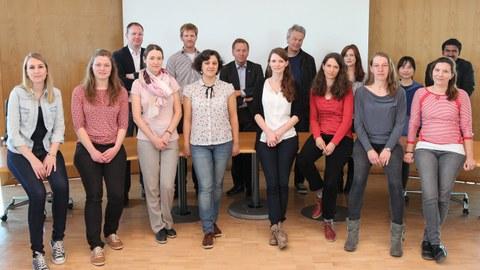 Gruppe von Nachwuchswissenschaftler mit Edvard Moser