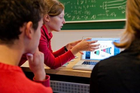 Schüler und Schülerinnen werten Daten der Teilchenphysik aus