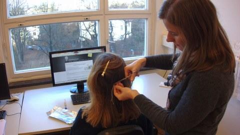 Haarprobenentnahme für die Studie