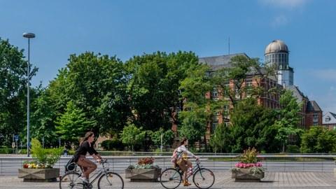 Fahrräder vor Beyerbau