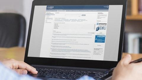 Das Foto zeigt einen Laptop-Monitor, auf welchem die Webseite des Forschungsinformationssystems zu sehen ist.
