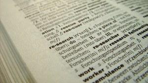 """Das Foto zeigt eine Seite in einem Wörterbuch, auf welcher das Wort """"research"""" im Fokus steht."""