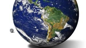 Das Bild zeigt eine 3D-Darstellung der Erdkugel, auf welcher hauptsächlich der südamerikanische Kontinent zu sehen ist, sowie einen kleinen Mond hinter der Erdkugel, vor weißem Hintergrund. Am Boden ist eine leichte Spiegelung der Erdkugel erkennbar.